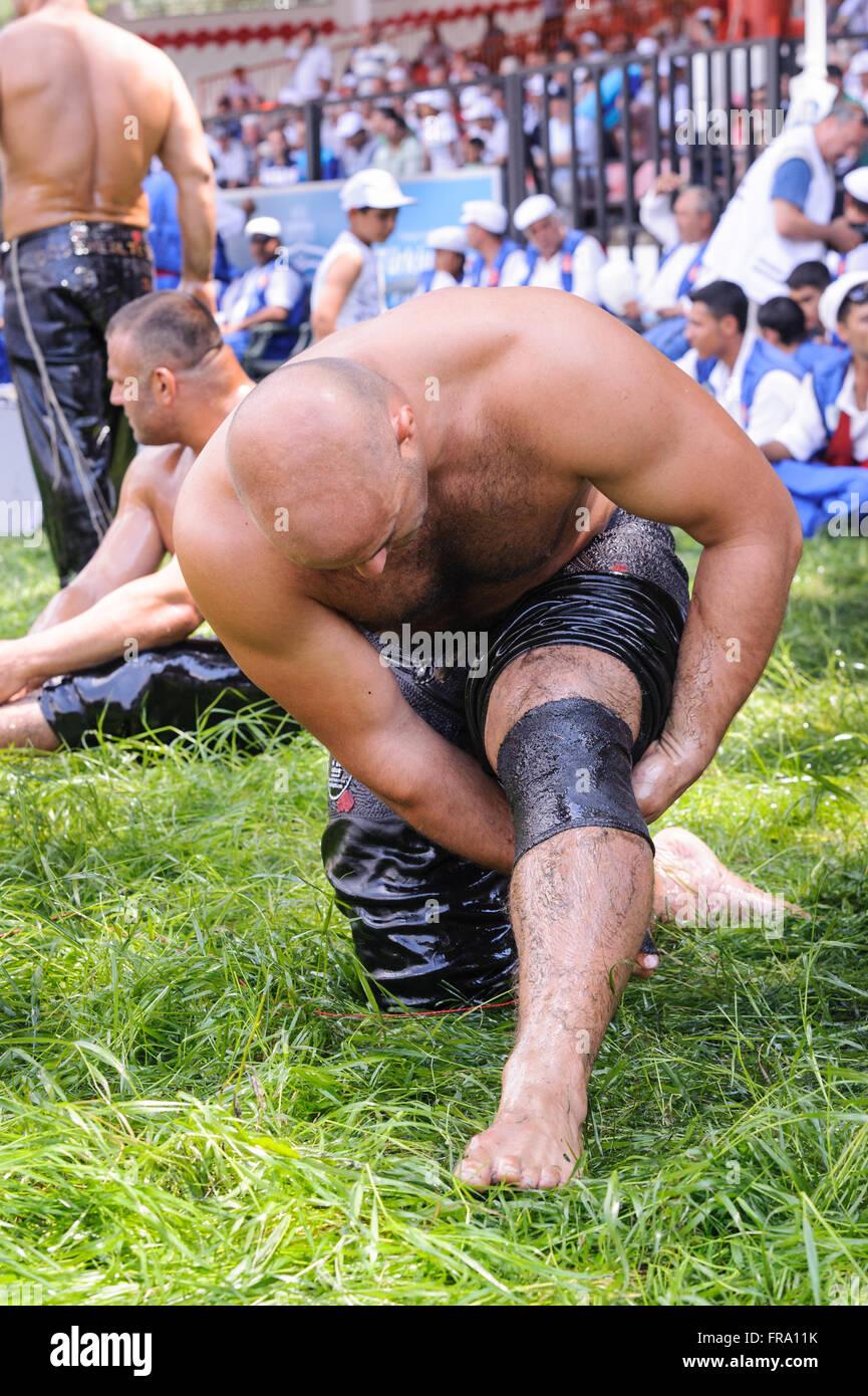 Il lottatore prepararsi prima di concorrenza nel settore tradizionale Kirkpinar wrestling. Immagini Stock