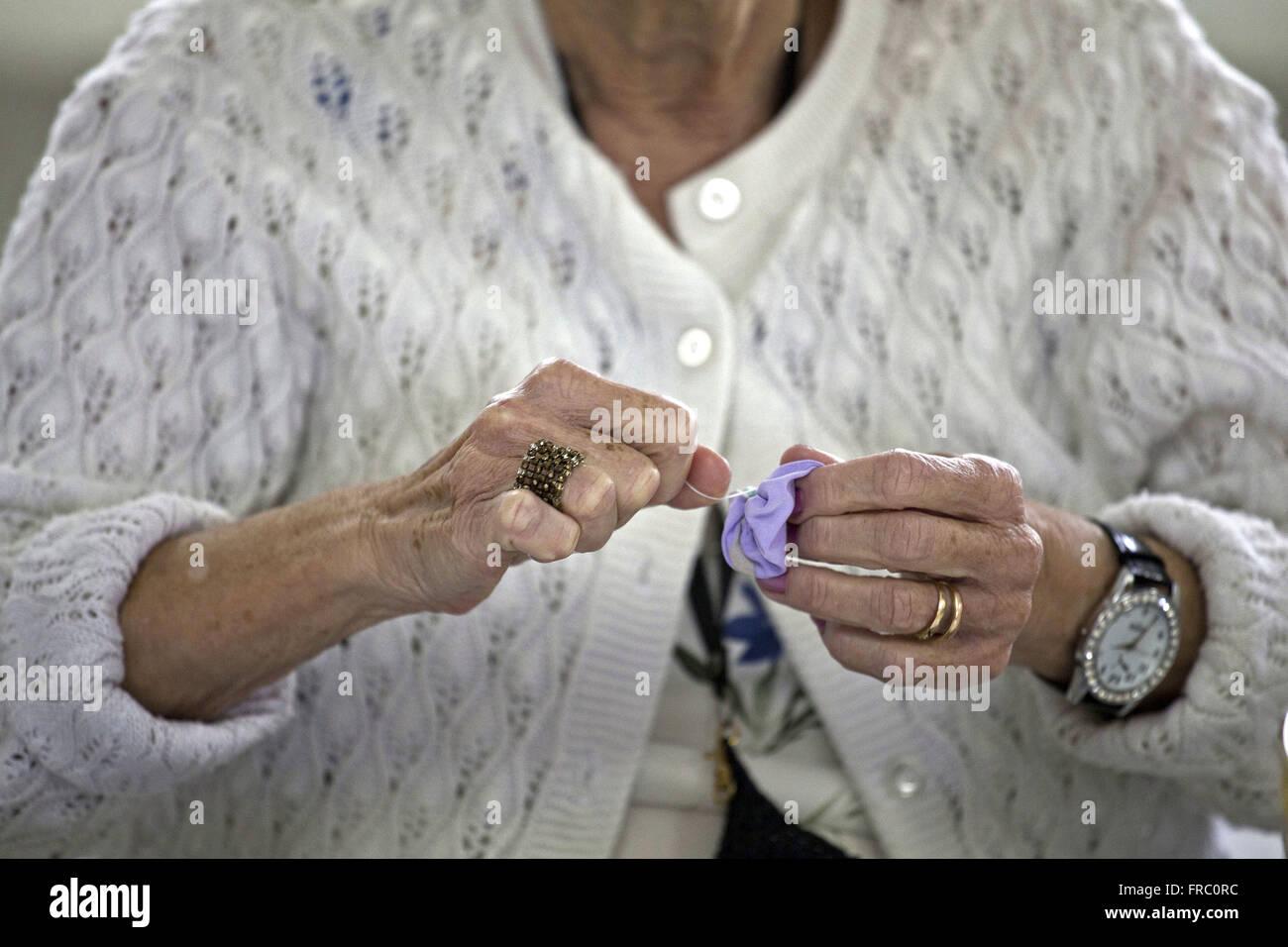 Il lavoro manuale prodotta dal condominio abitante di anziani del villaggio Immagini Stock