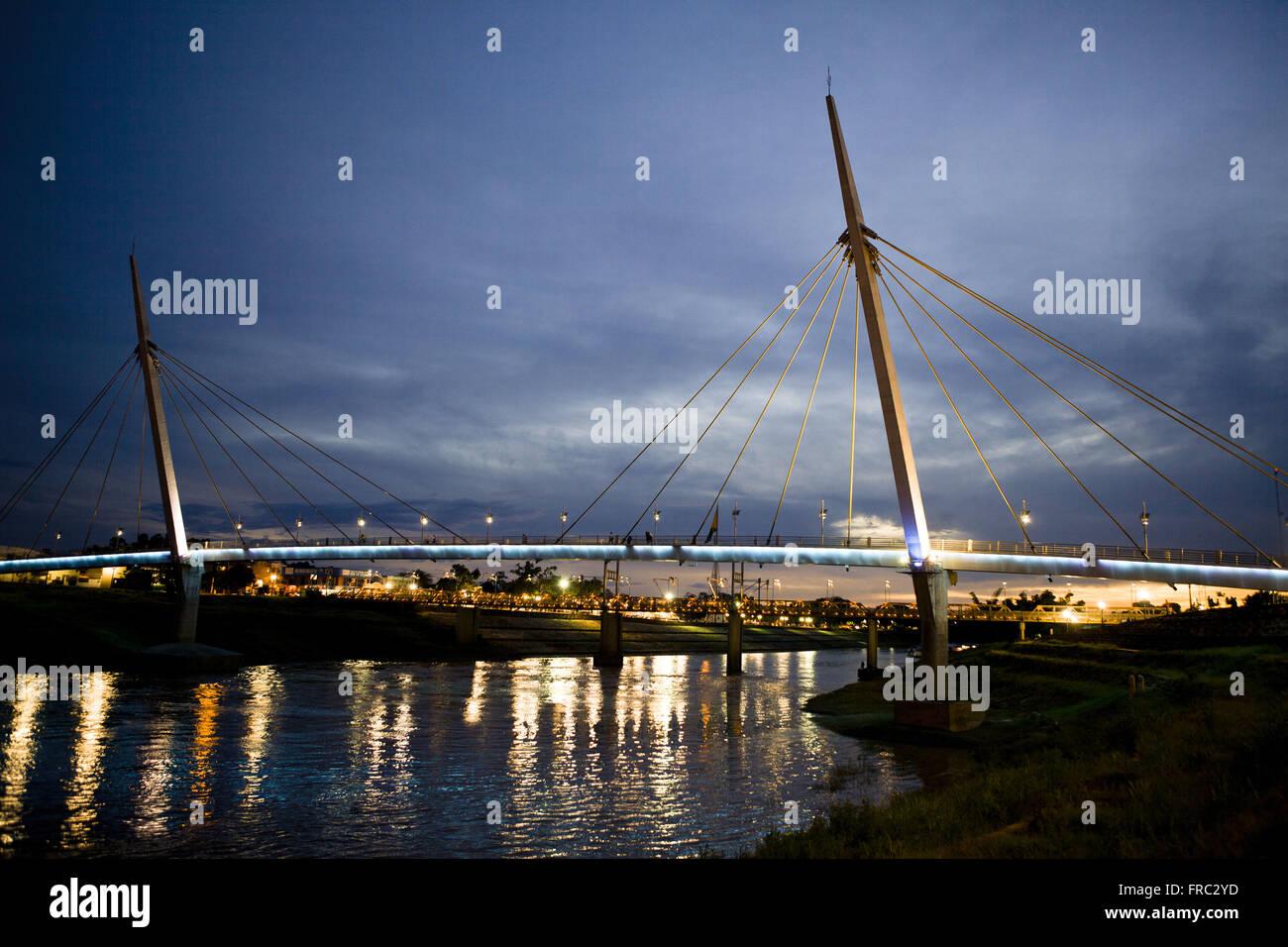 Vista notturna della passerella Joaquim Macedo Governatore sul fiume Acri Foto Stock
