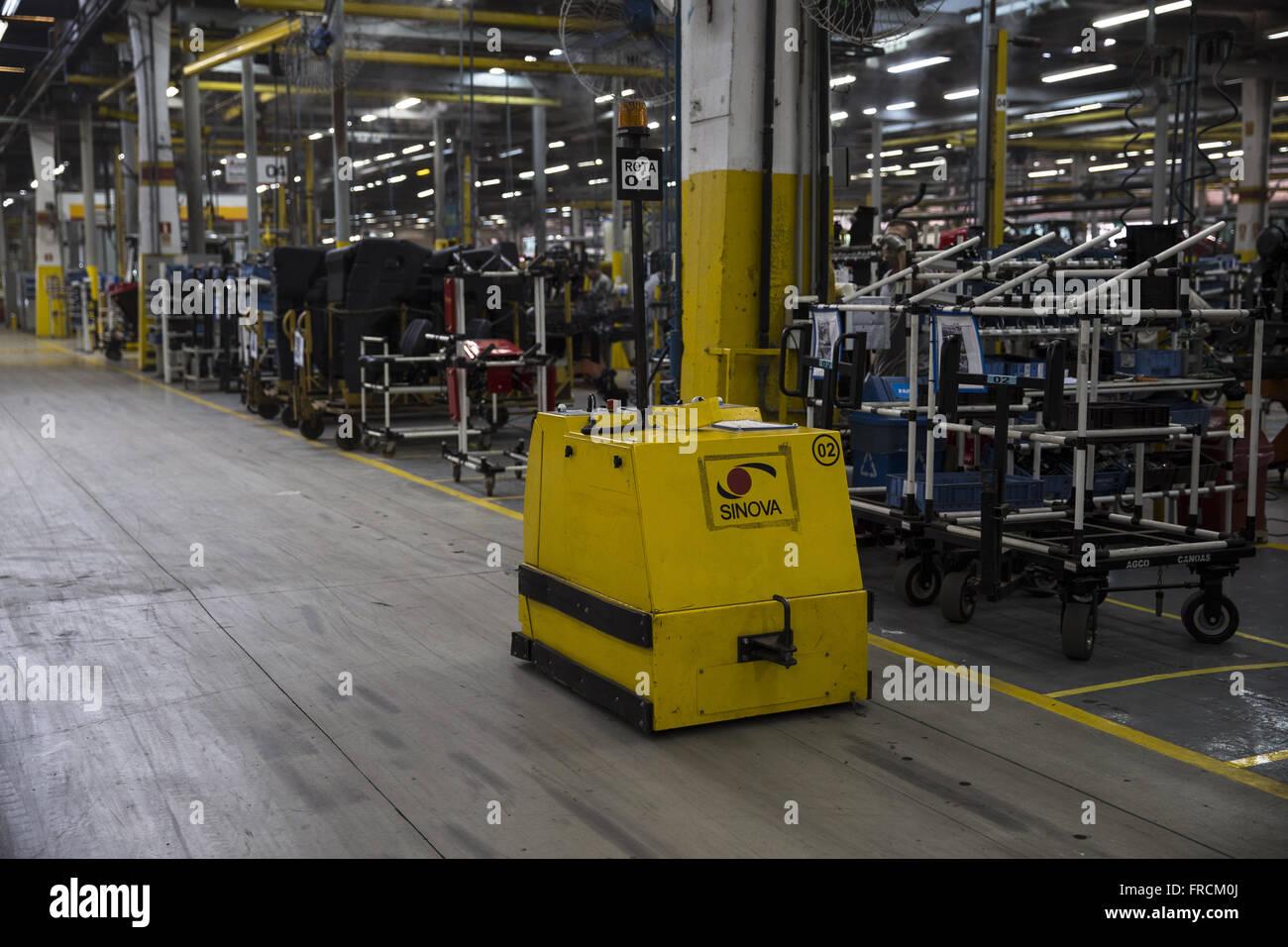 Autonômo Veículo para transporte de peças dentro da fabrica de tratores Immagini Stock