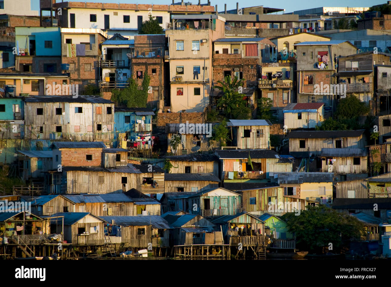 Abitazione e palafitte sulle rive del torrente Educandos città di Manaus Immagini Stock