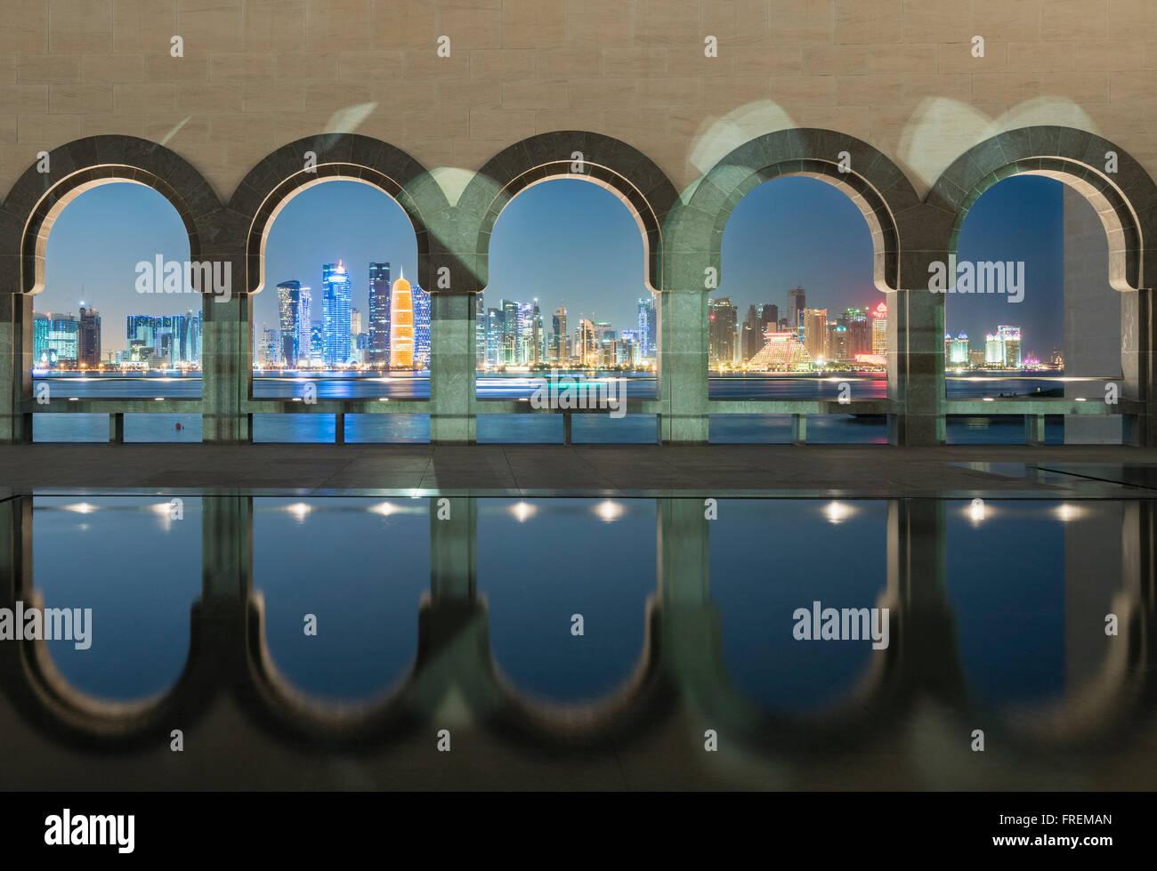 Vista notturna del Museo di Arte Islamica di Doha in Qatar Immagini Stock