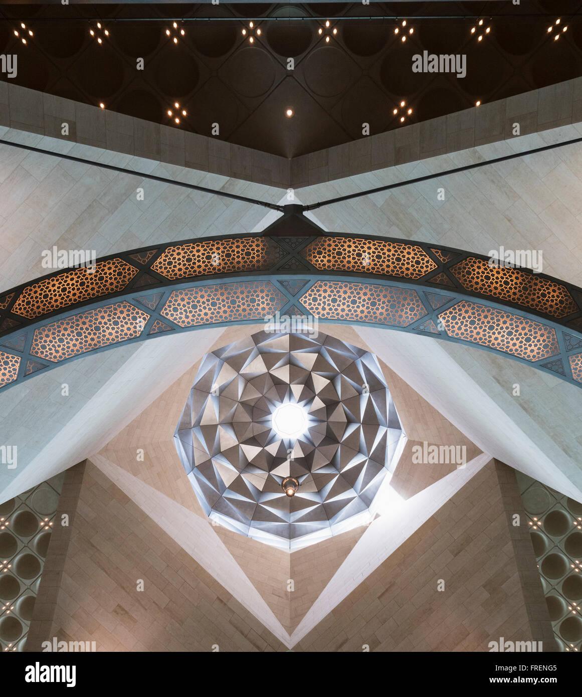 Vista interna di dettagli architettonici del tetto presso il Museo di Arte Islamica di Doha in Qatar Foto Stock
