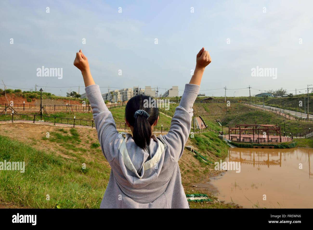Donna in piedi con le mani in alto /futuro / libertà / speranza / concetto di successo Immagini Stock