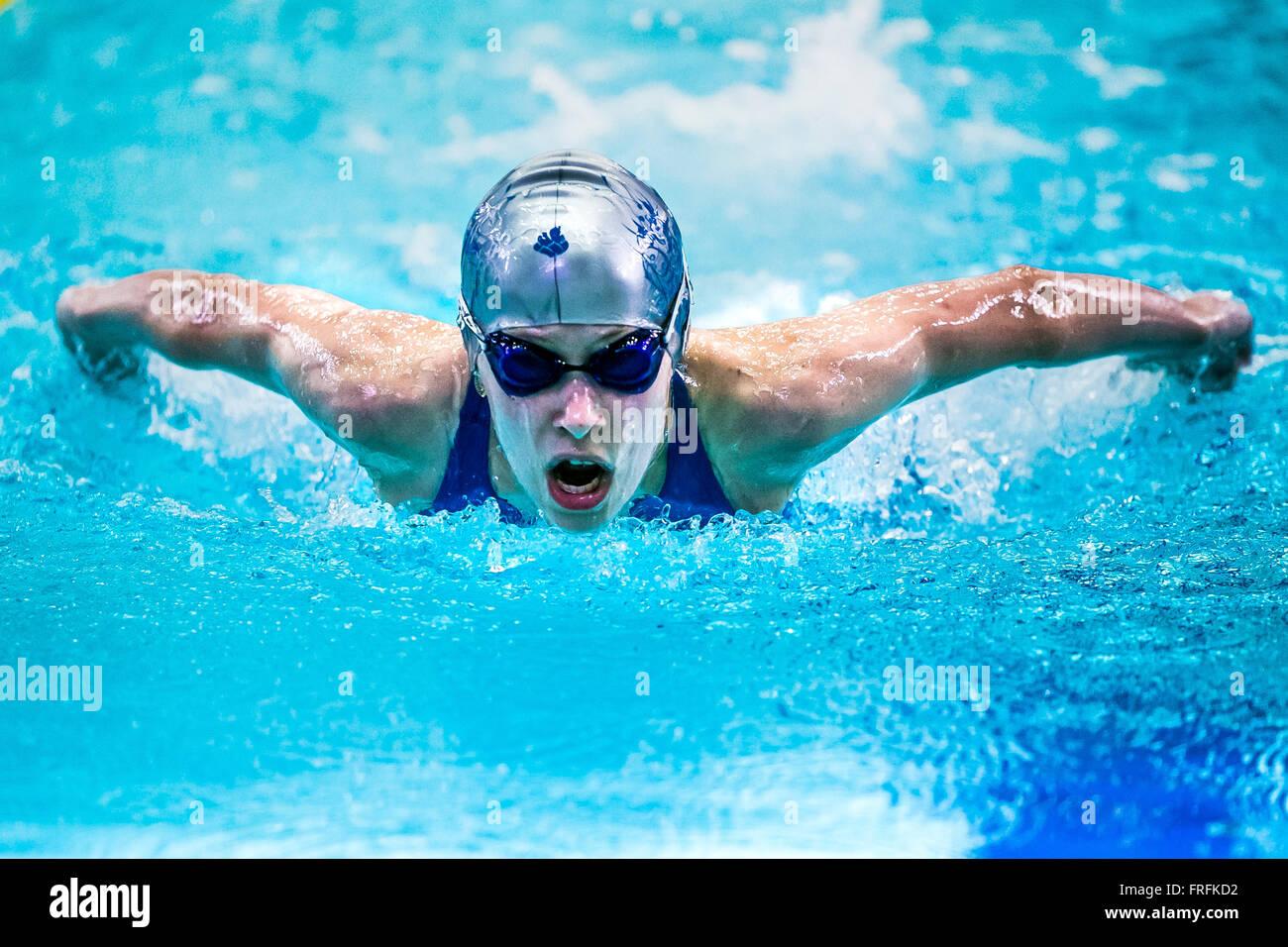 Ragazza nuotatore a distanza farfalla in piscina durante il nuoto internazionale torneo Immagini Stock