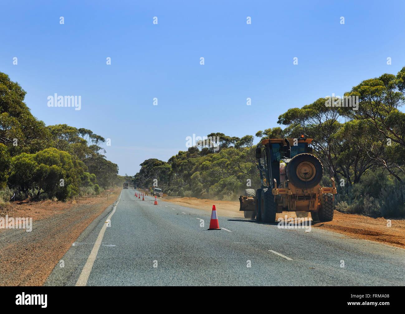 Lavori in corso su una autostrada in Western Australia. Macchinari pesanti trattore ghiaia di pavimentazione su Immagini Stock