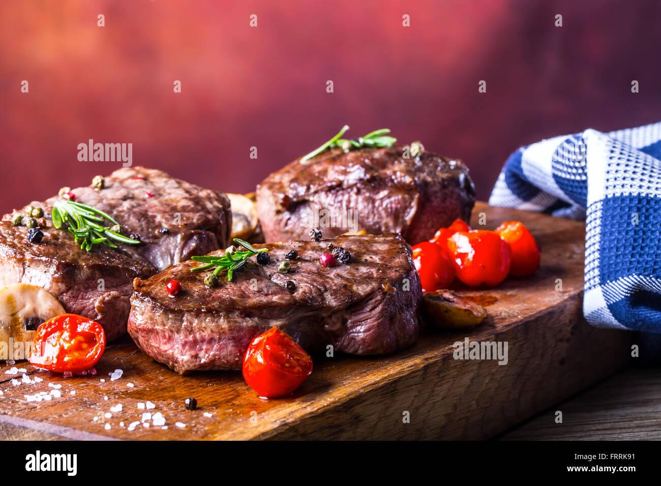 Bistecca. Grill bistecca di manzo. Porzioni di carne di spessore succose bistecche di filetto di sul grill pan di Immagini Stock