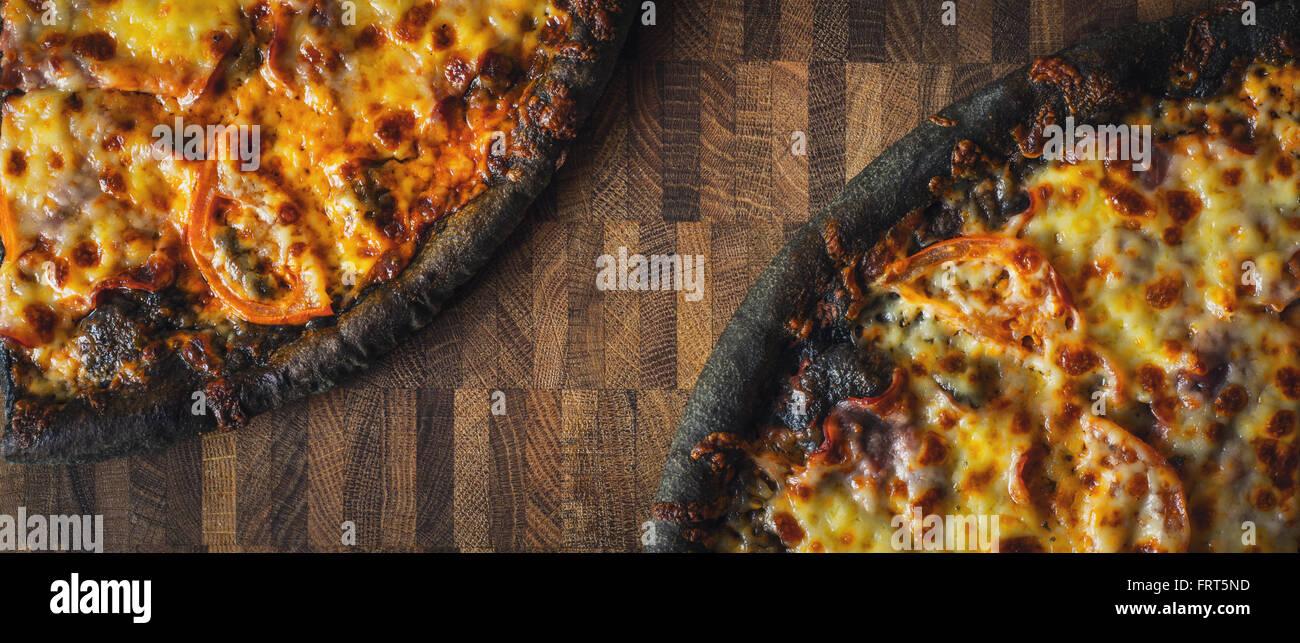 Pasta pizza nero sul tavolo di legno wide screen Immagini Stock