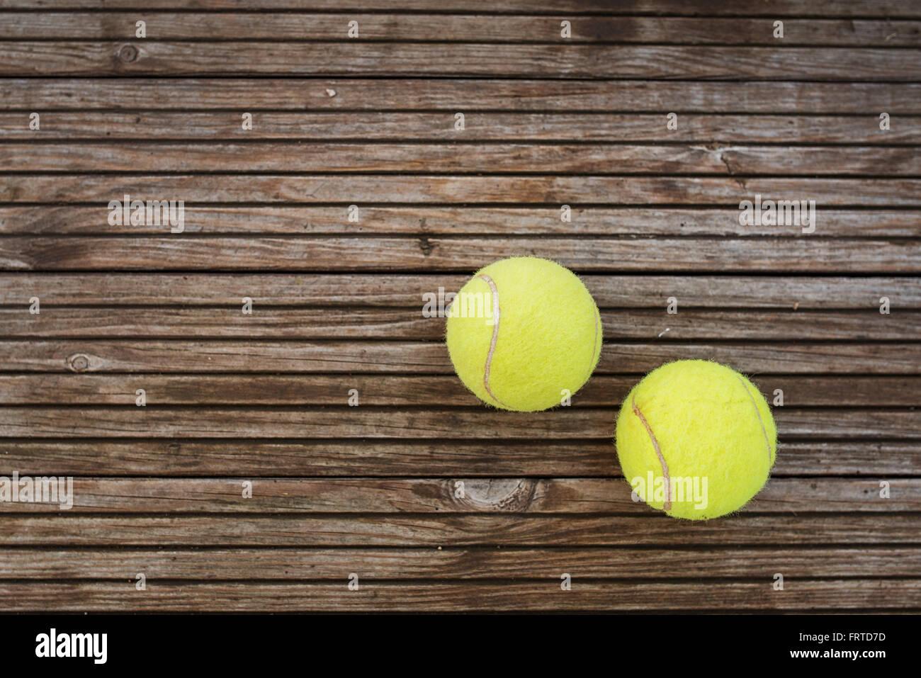 Palle da tennis su sfondo di legno Immagini Stock