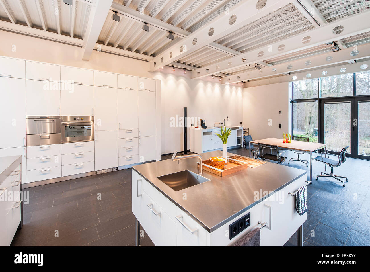 Cucina a pianta aperta all'interno di una villa di Bauhaus, Sauerland, Germania Immagini Stock