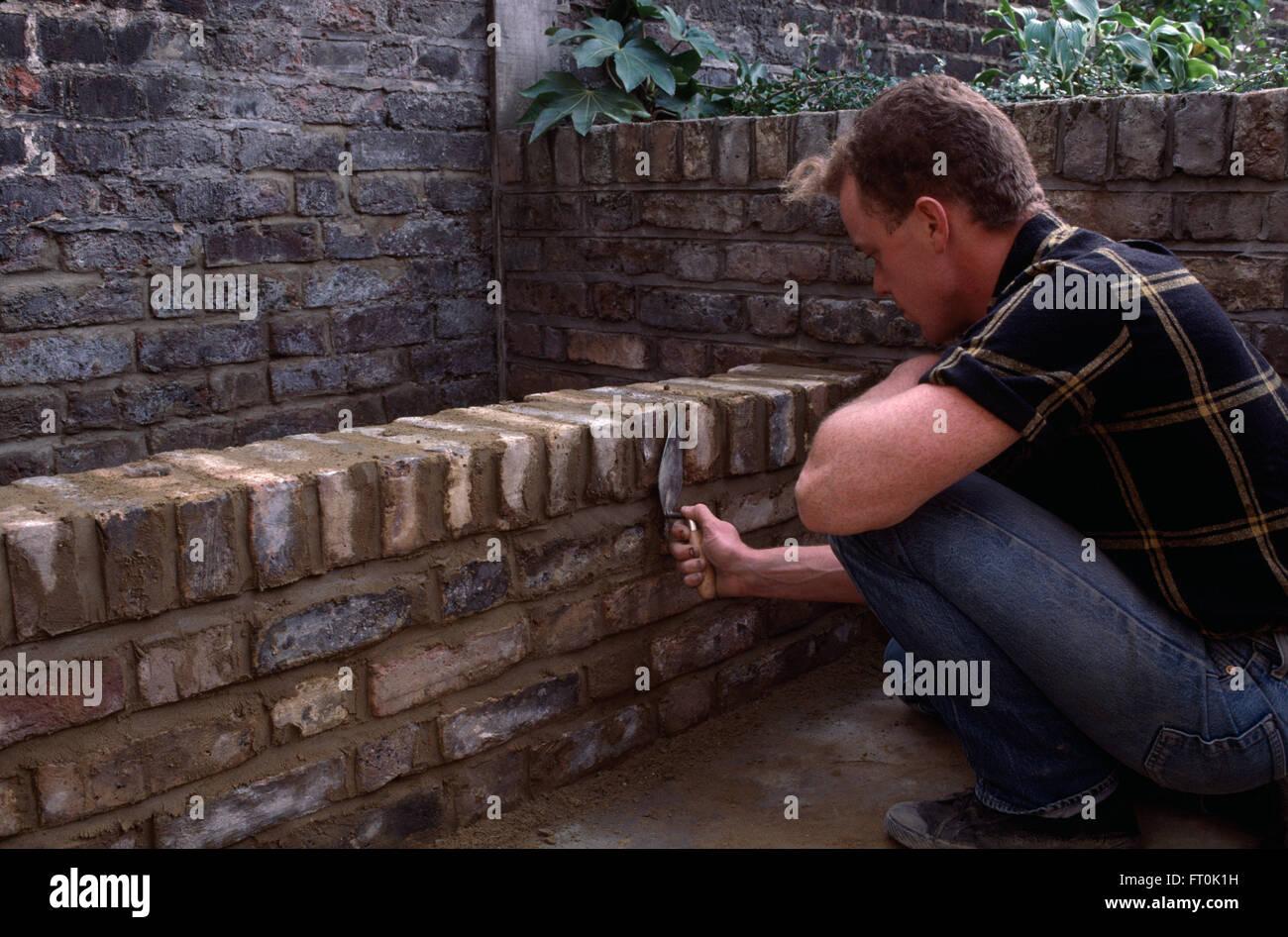 Close Up Di Un Muratore Costruire Un Basso Muro Di Mattoni Per Solo