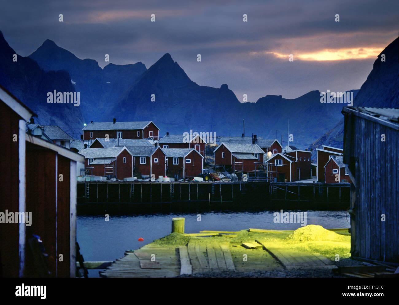 Rorbu fisherman capanna in Reine, Reine, Isole Lofoten in Norvegia e Scandinavia Immagini Stock