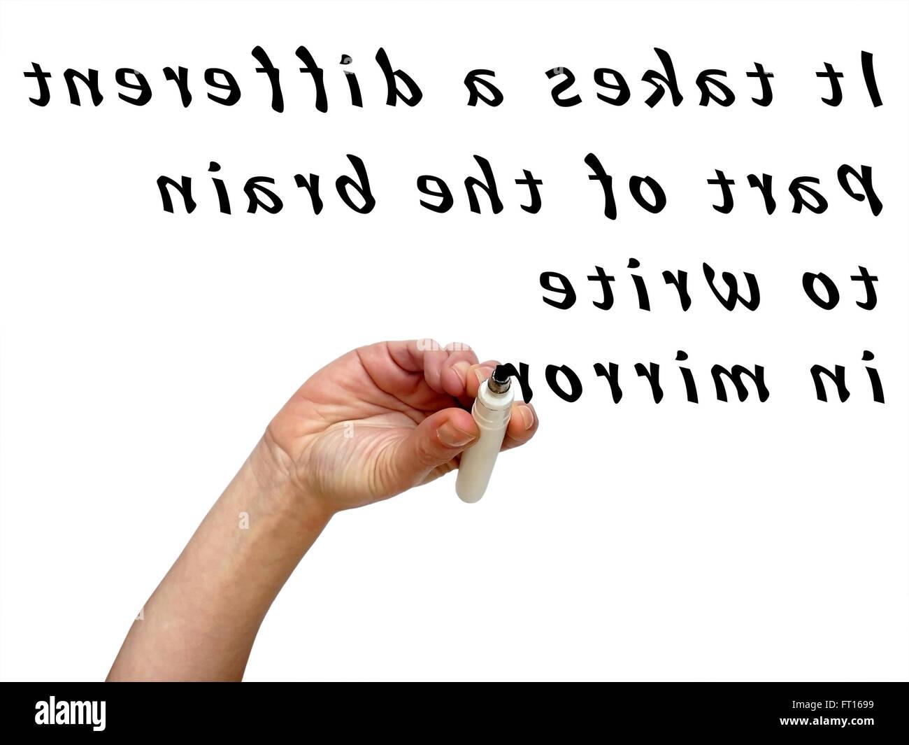 Sottosopra specchio a mano scrivendo parole in mirror con un pennarello nero su trasparente whiteboard Immagini Stock