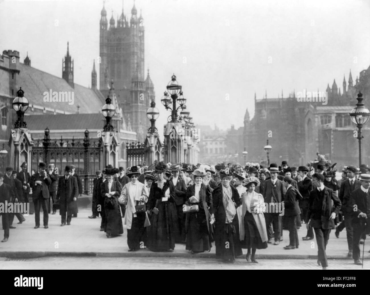 Suffragettes, Londra. Gruppo di suffragettes fuori le case del Parlamento europeo a Londra, Regno Unito c.1910 Immagini Stock