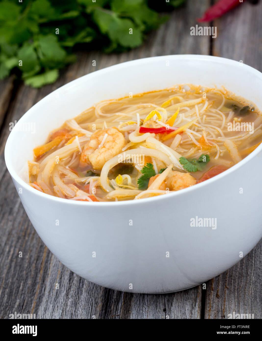 Thai piccante di gamberi noodle closeup Immagini Stock