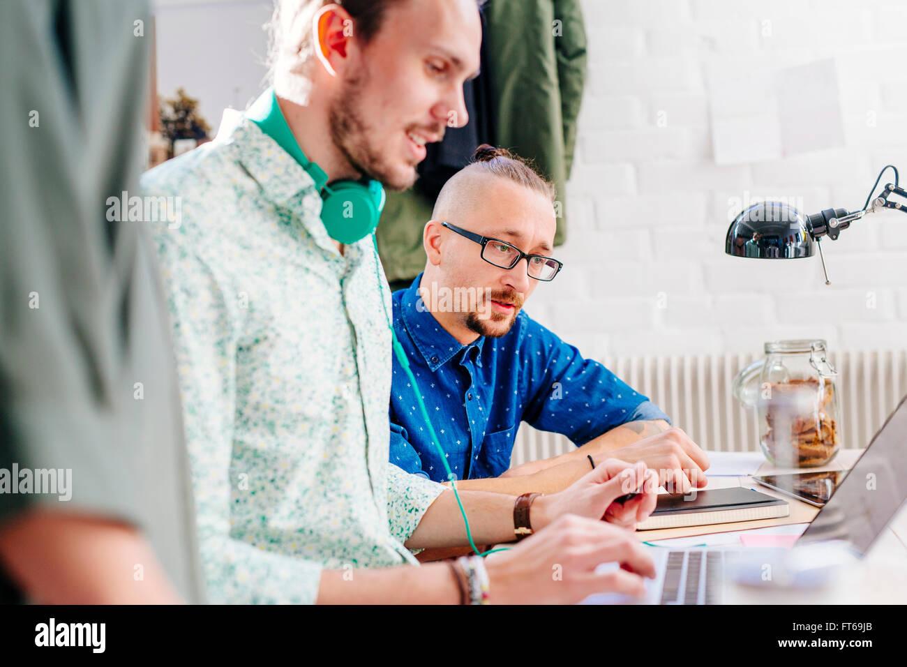 La gente di affari la preparazione di presentazione sul computer portatile in ufficio creativo Foto Stock