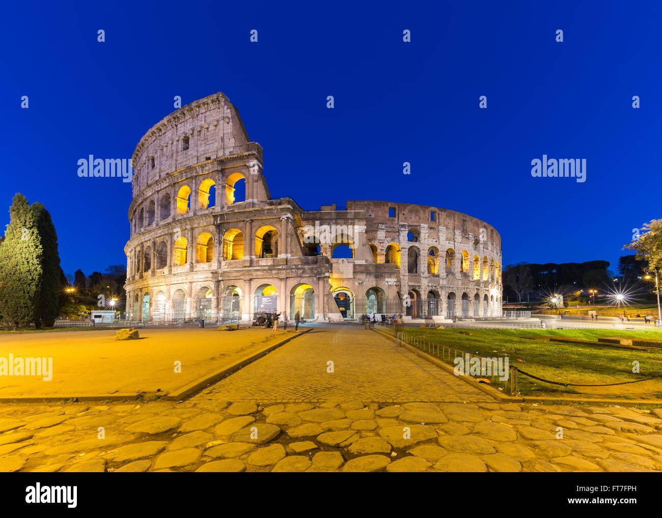 Colosseo in una notte d'estate a Roma, Italia. Immagini Stock