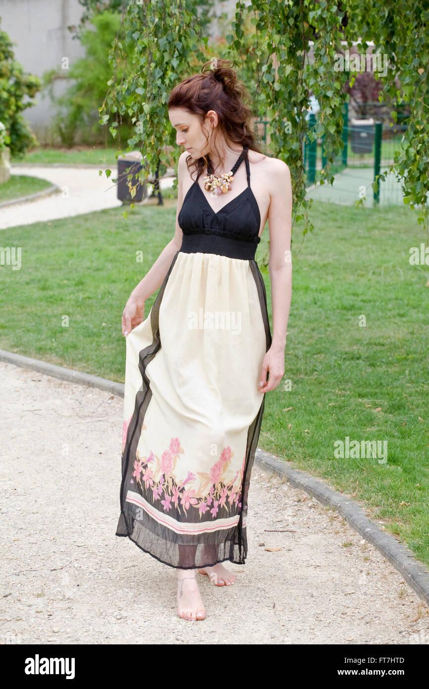 Sognare Di Camminare Scalzi donna camminare a piedi nudi nel parco che indossa un abito