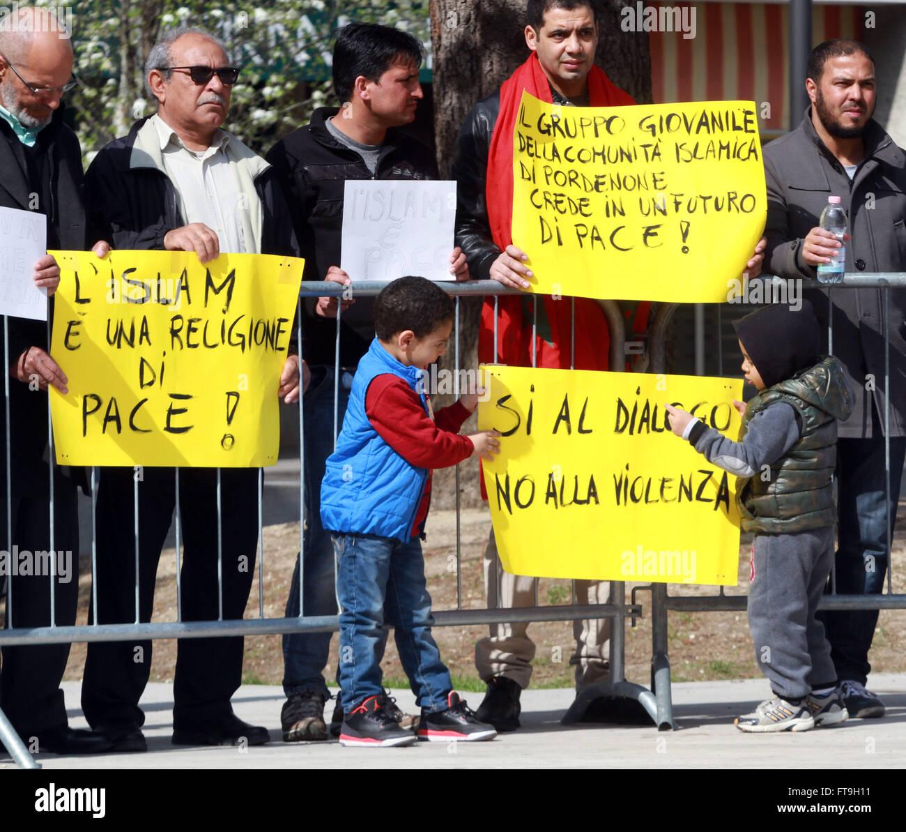 Pordenone, Italia. 26 Mar, 2016. La gente a prendere un prt con striscioni con parole che l Islam è la religione Immagini Stock