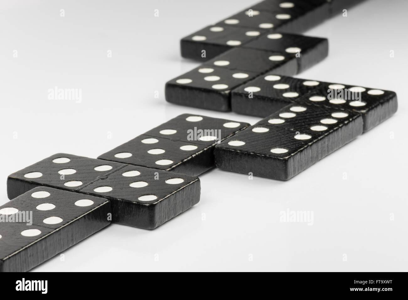 Composizione di mentire domino nero di mattoni con puntini bianchi Immagini Stock