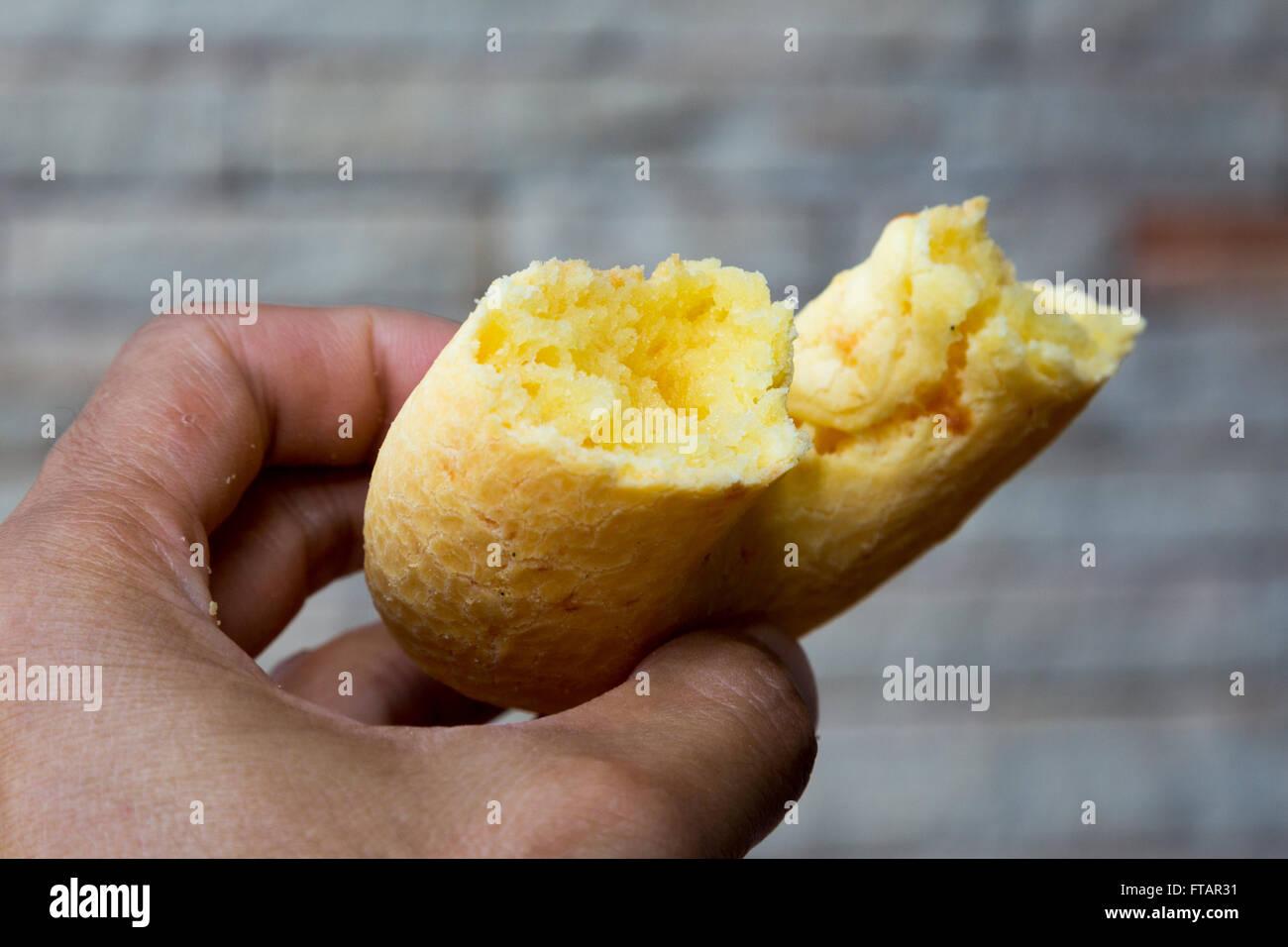 Mano azienda tipica chipa paraguaiano. Chipa è un tipo di forno, formaggi-rotoli aromatizzato, un tradizionale Immagini Stock