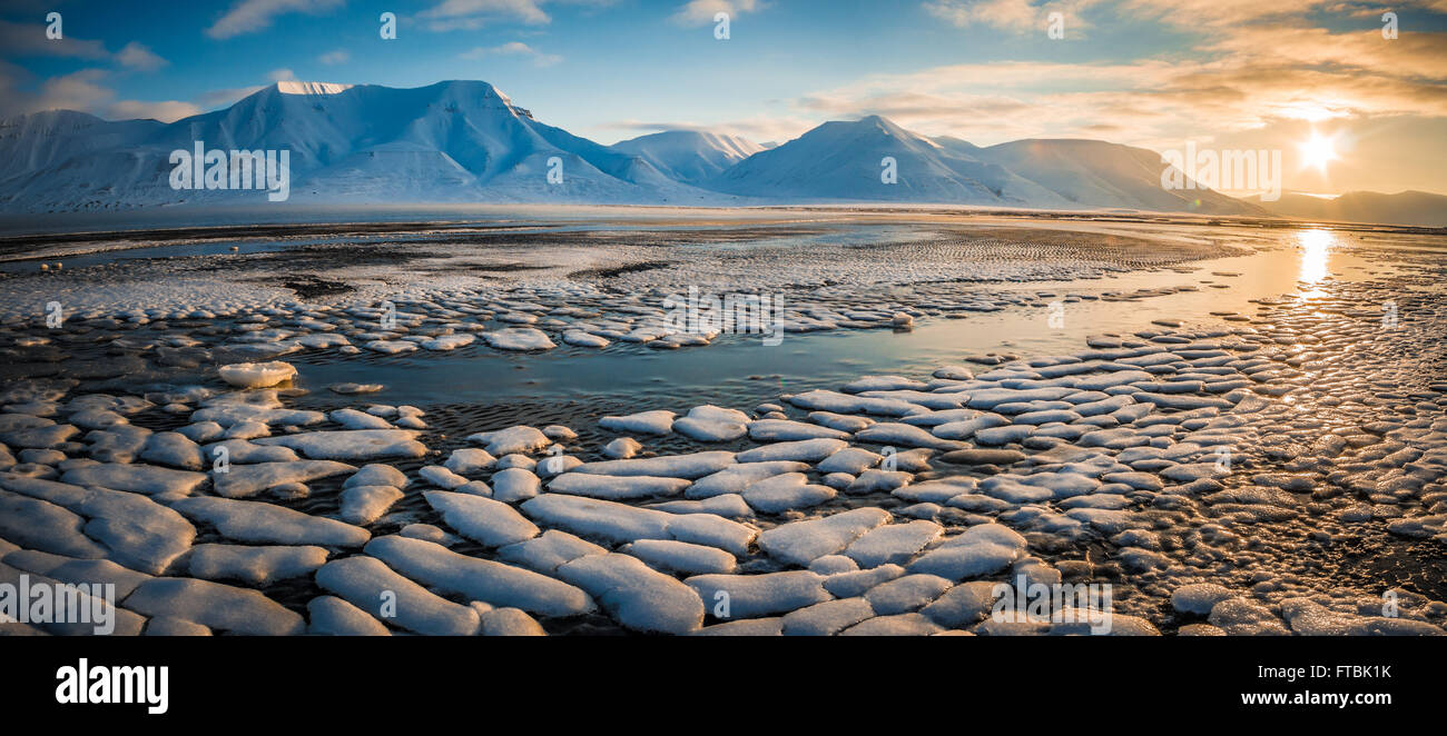 Sunrise formazioni di ghiaccio sulla spiaggia Sjøskrenten con vedute Hiorthfjellet, Longyearbyen, Spitsbergen, Immagini Stock