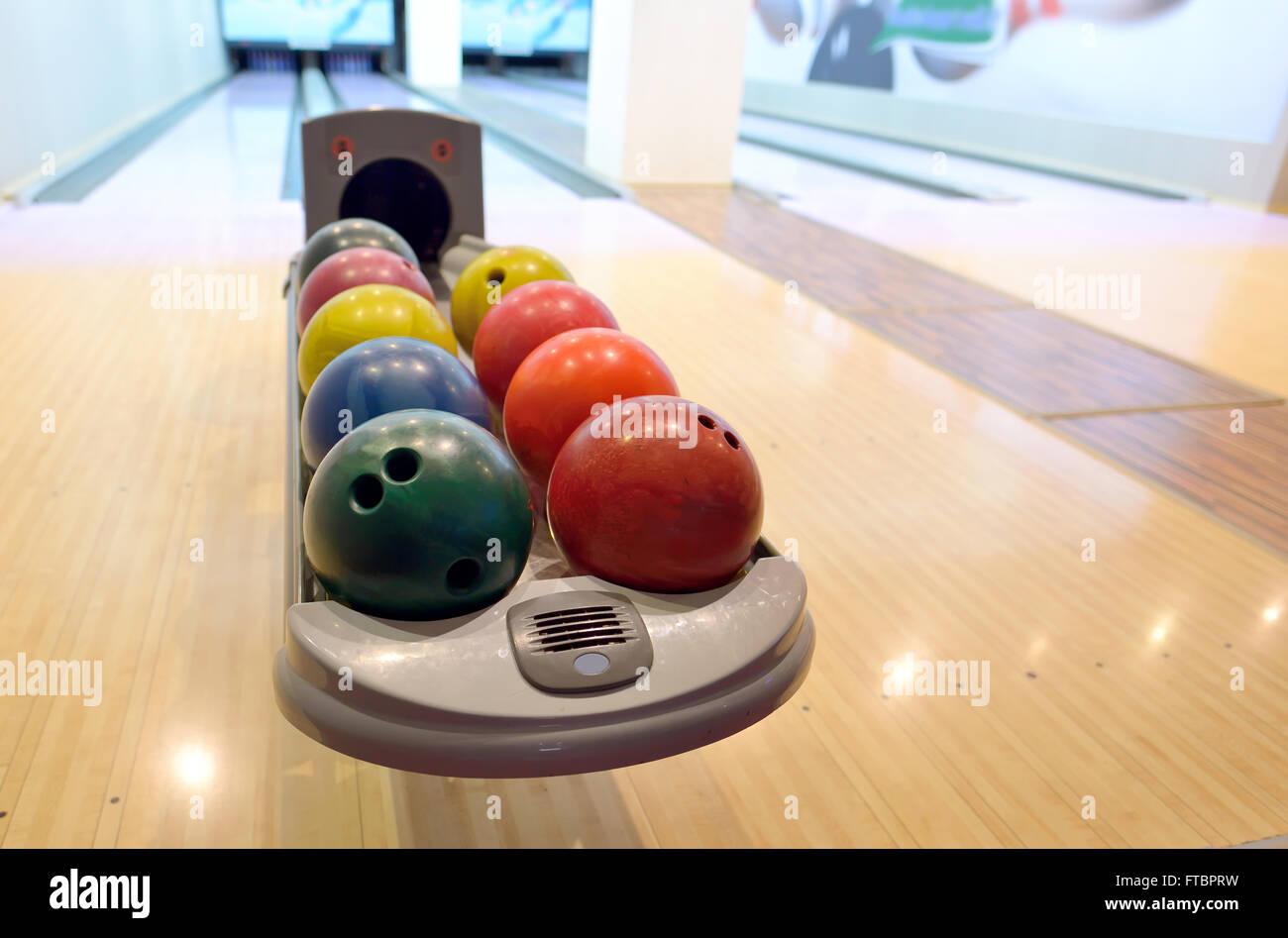 Colorate le palle da bowling nel ritorno a sfera Immagini Stock