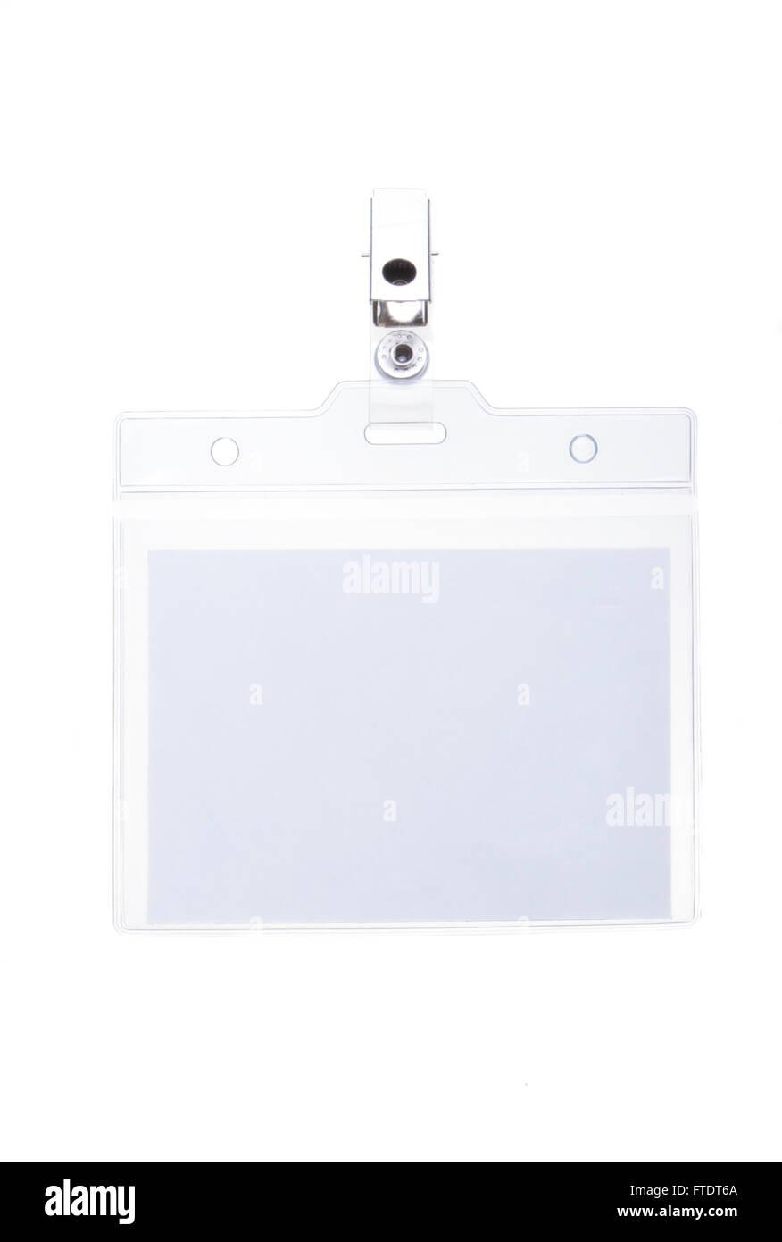 Clip vuota su nome tag con copia spazio nel manicotto in plastica isolato su bianco. Immagini Stock