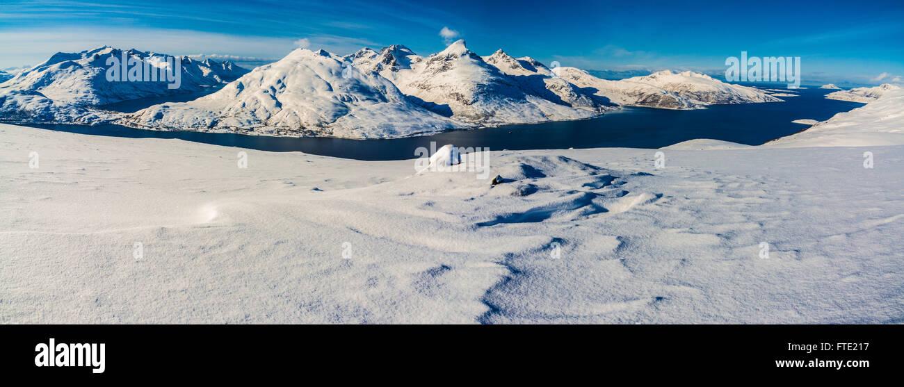 Vista panoramica dal Rodtinden con vedute verso il magazzino Blamann e l'oceano aperto, Kvaloya Troms, nel nord Immagini Stock