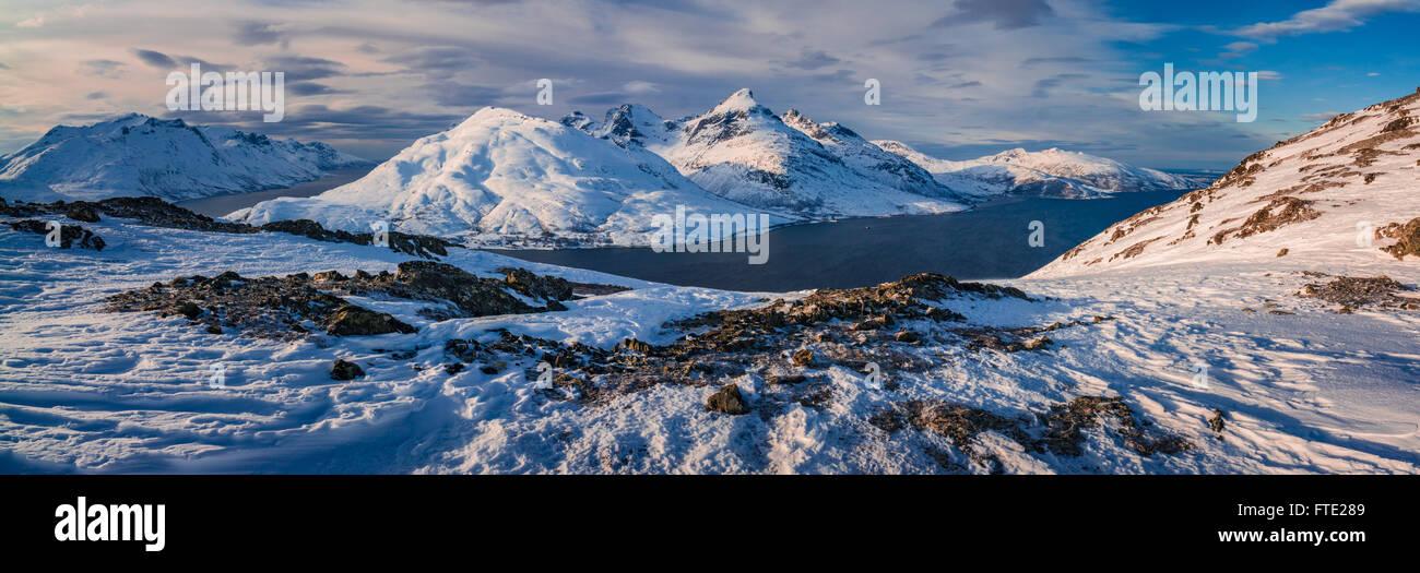 Vista panoramica verso il magazzino Blamann e l'oceano aperto da Rodtinden, Kvaloya, Troms, nel nord della Norvegia Immagini Stock