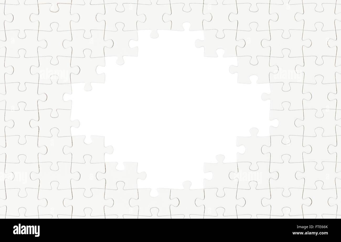 Schermata bianca vuota Puzzle con il foro al centro isolato su bianco. Immagini Stock