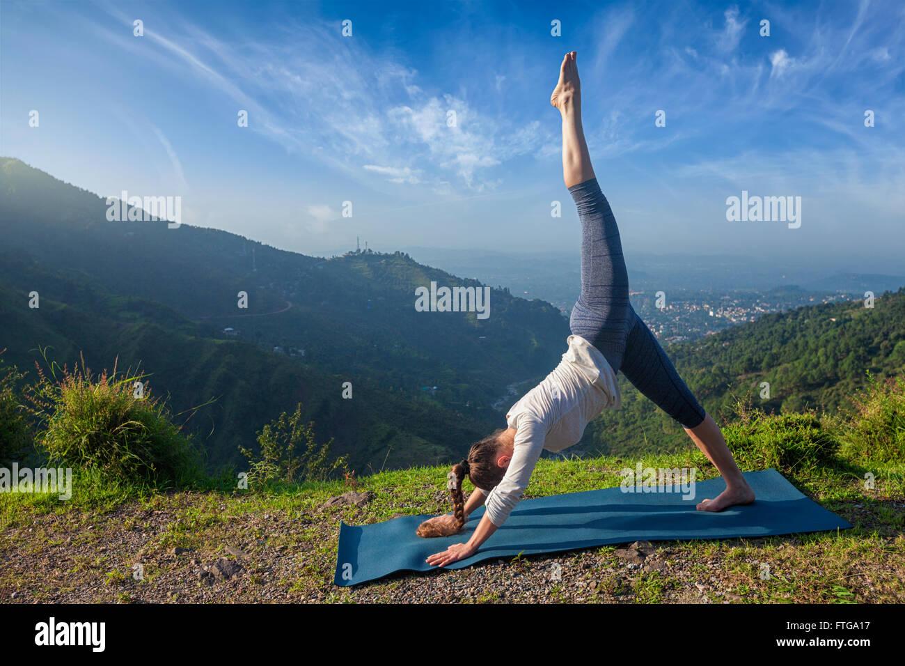 Giovane sportivo da donna adatta a praticare lo yoga oudoors Immagini Stock