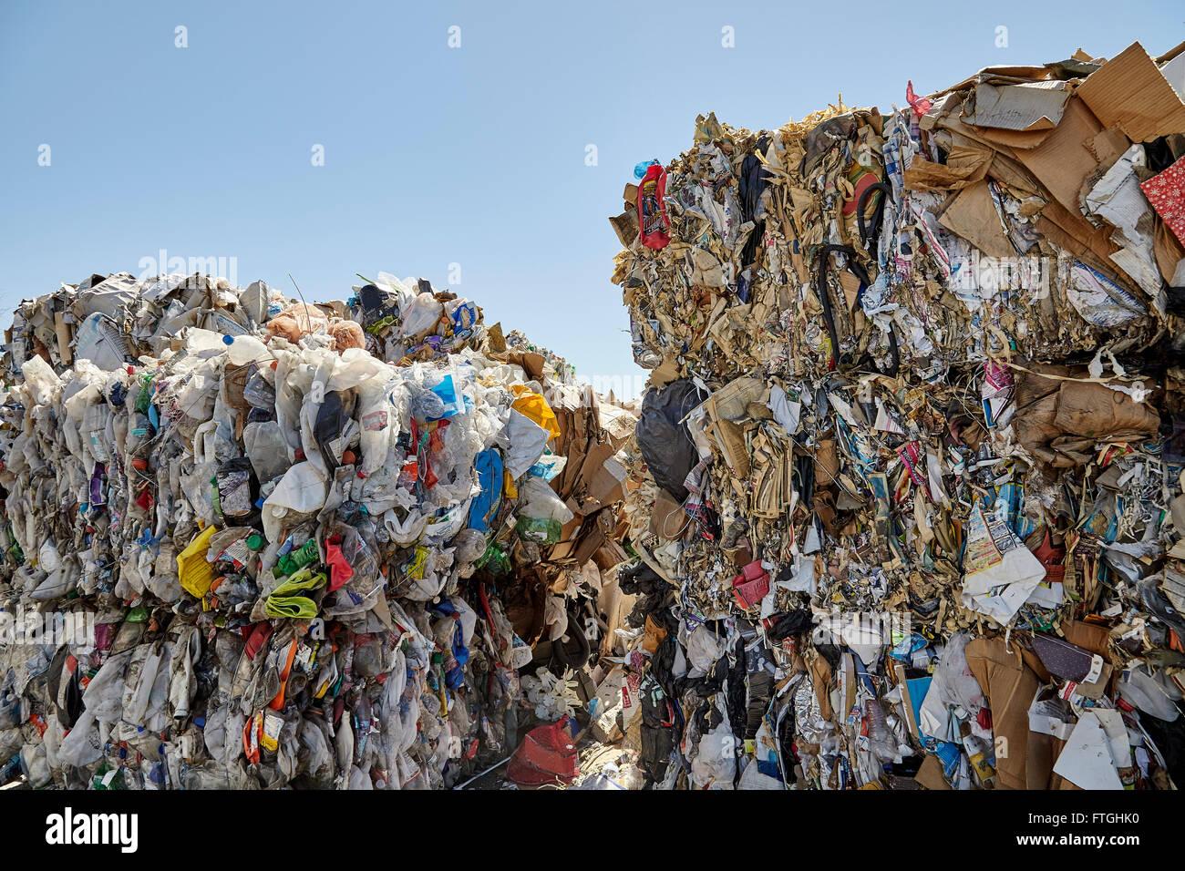 Rifiuti di carta di plastica di balle per il riciclaggio e lo smaltimento dei rifiuti dell'industria Immagini Stock