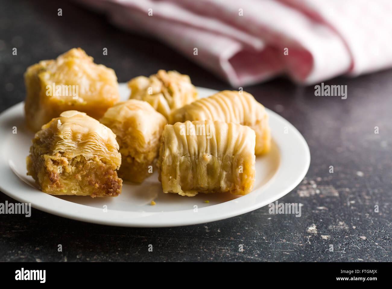 Dolce baklava dolce sulla piastra Immagini Stock