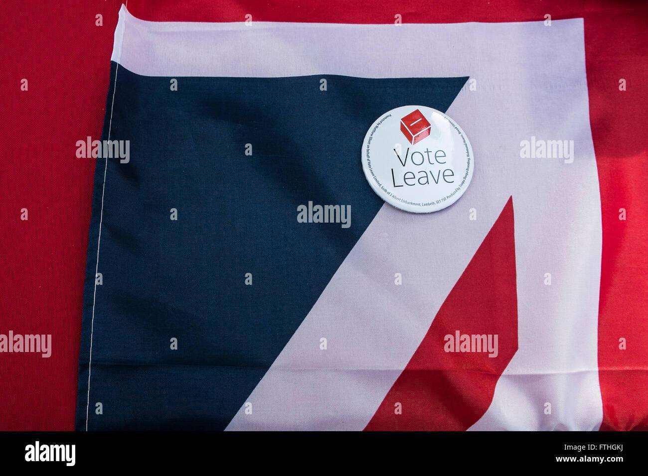 Una tessera di supporto del Regno Unito uscire dall'Unione europea poggia su una unione ripiegata bandiera. Immagini Stock