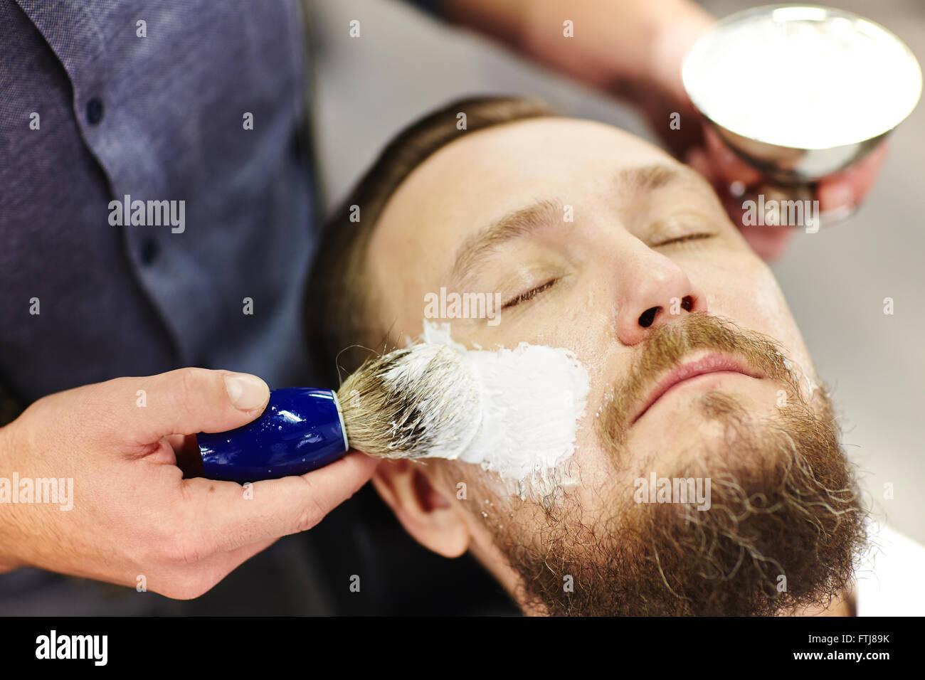 La formazione di schiuma di crema per la rasatura Immagini Stock