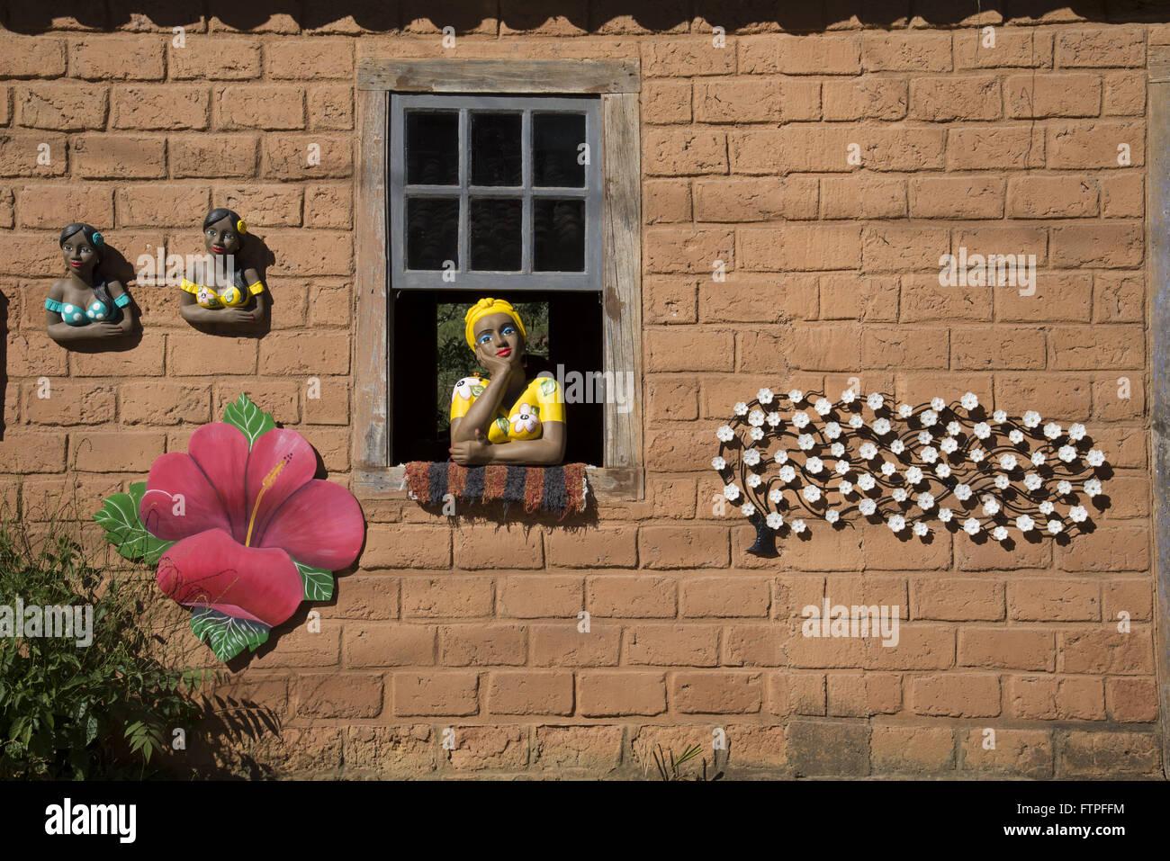 Bambola di argilla noto come flirt al negozio di artigianato distretto Veloso Vittoriano Immagini Stock