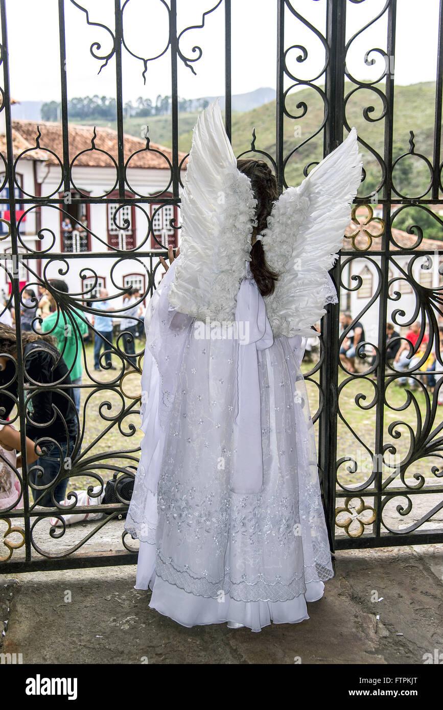 Menina vestida de anjo dentro da Igreja de Nossa Senhora do Rosario Immagini Stock