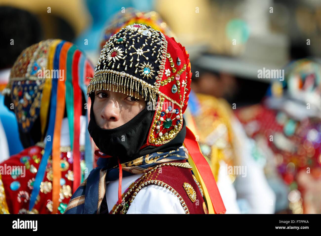 Gli uomini in costume celebrare la festa della Virgen del Carmen de Paucartambo (Cusco Provincia), vicino a Plaza Immagini Stock