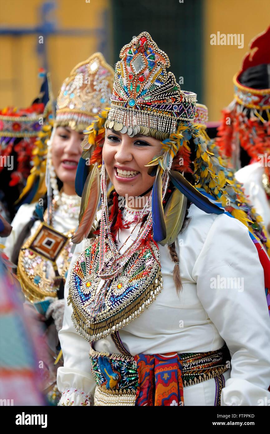 Le donne in costume celebrare la festa della Virgen del Carmen de Paucartambo (Cusco Provincia), vicino a Plaza Immagini Stock