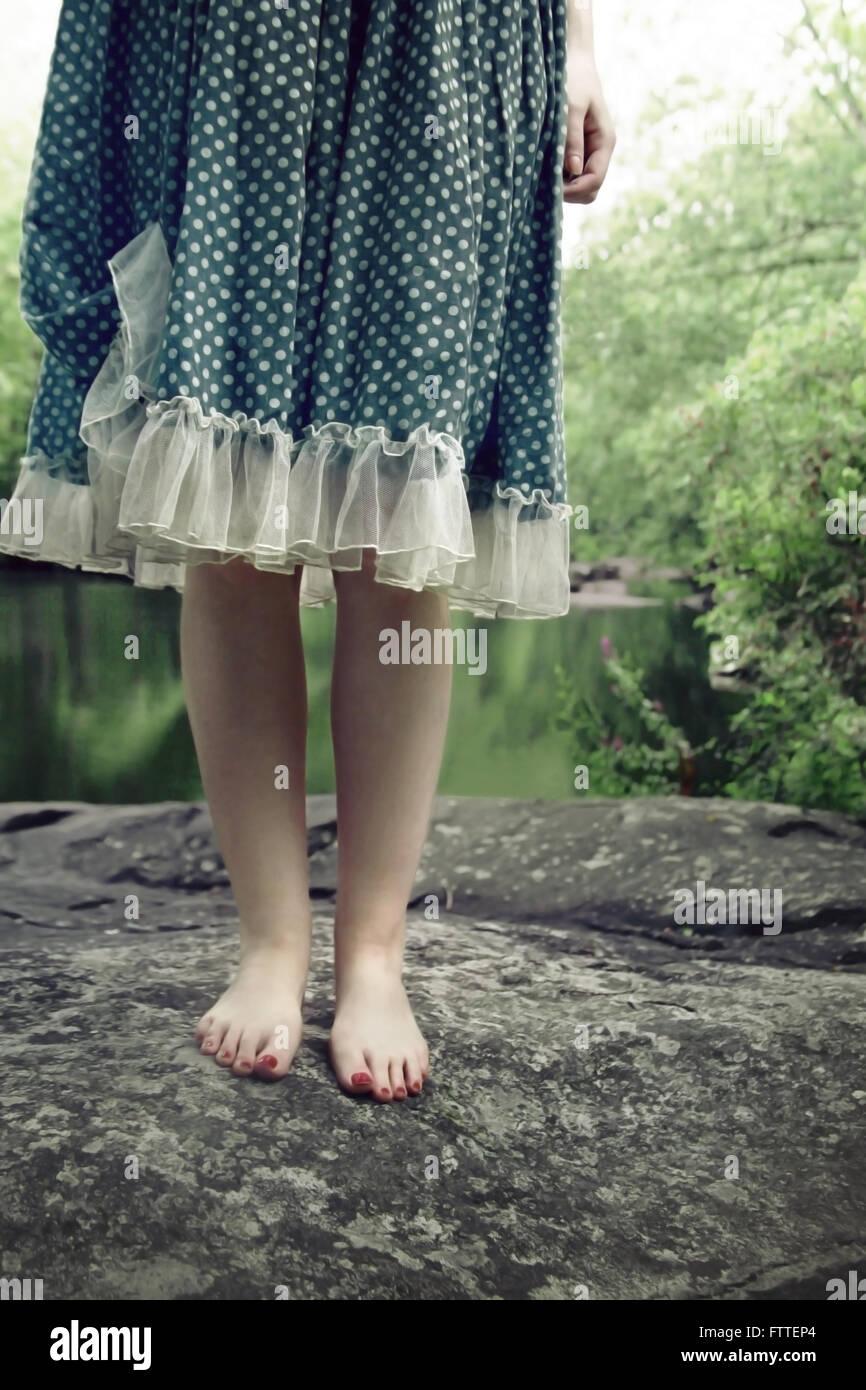 Primo piano della donna in piedi sulla roccia Immagini Stock