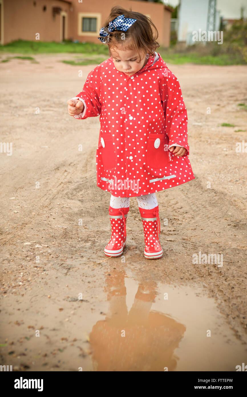 Bambina vestito con linea impermeabile e stivali di gomma a