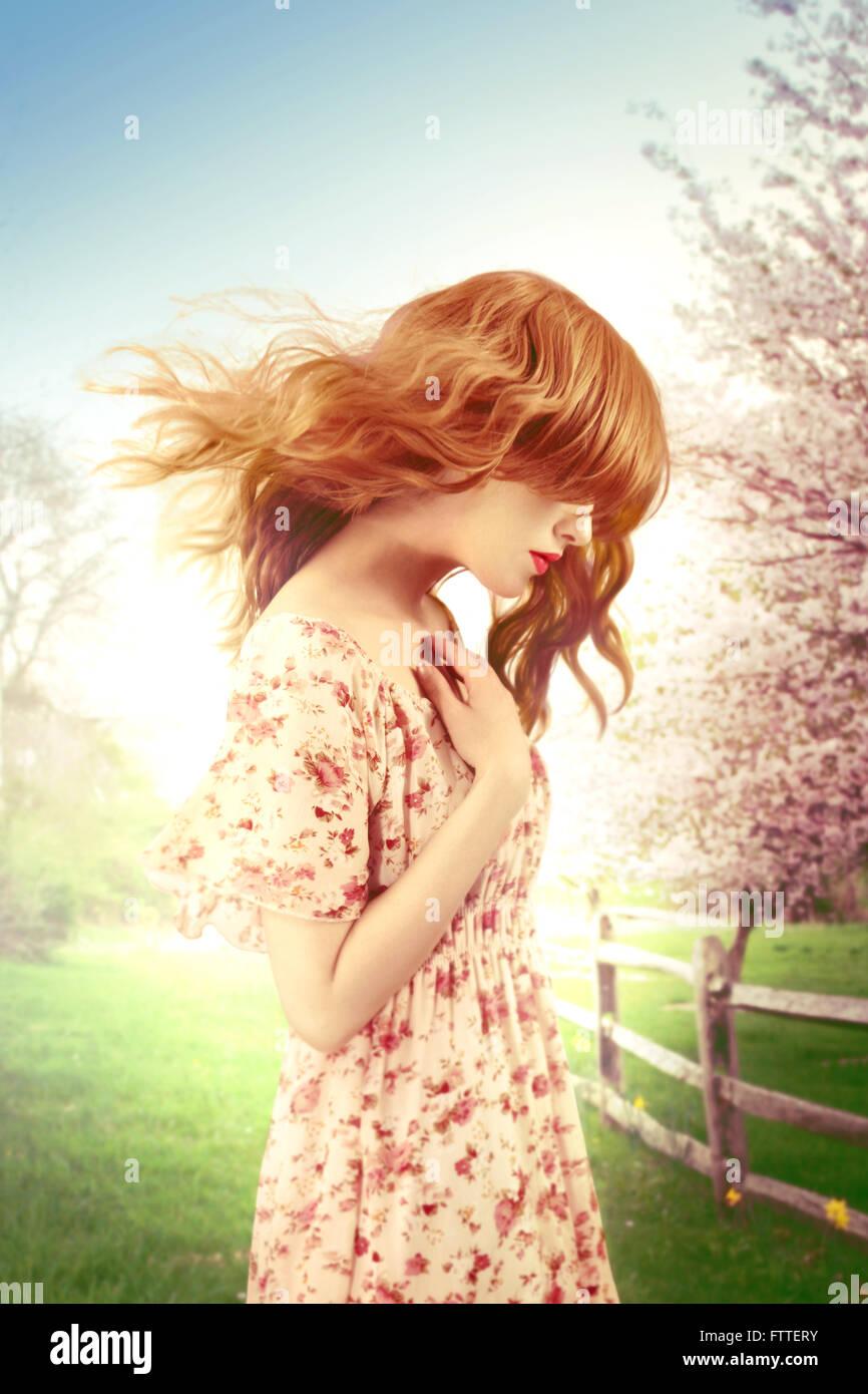 Donna su un ventoso giorno di primavera Immagini Stock