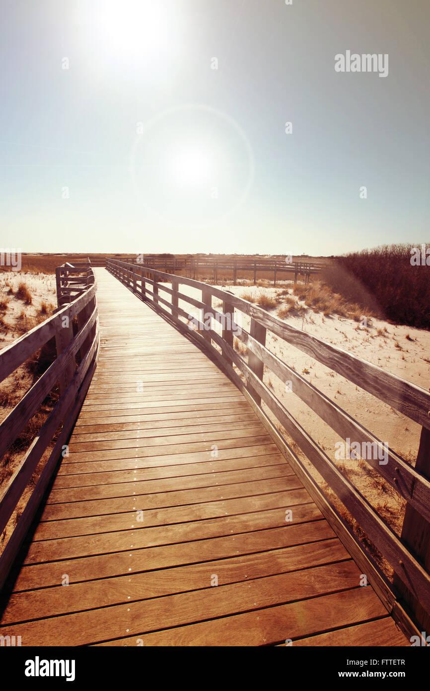 Passerella in legno vicino a dune Foto Stock