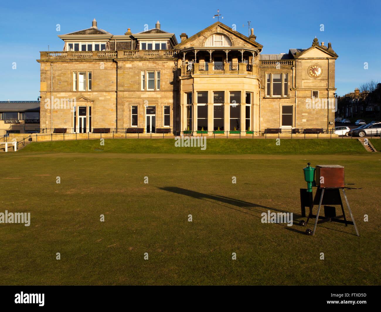 Royal and Ancient Golf Club dal primo tee sul vecchio corso presso il St Andrews Fife Scozia Scotland Immagini Stock