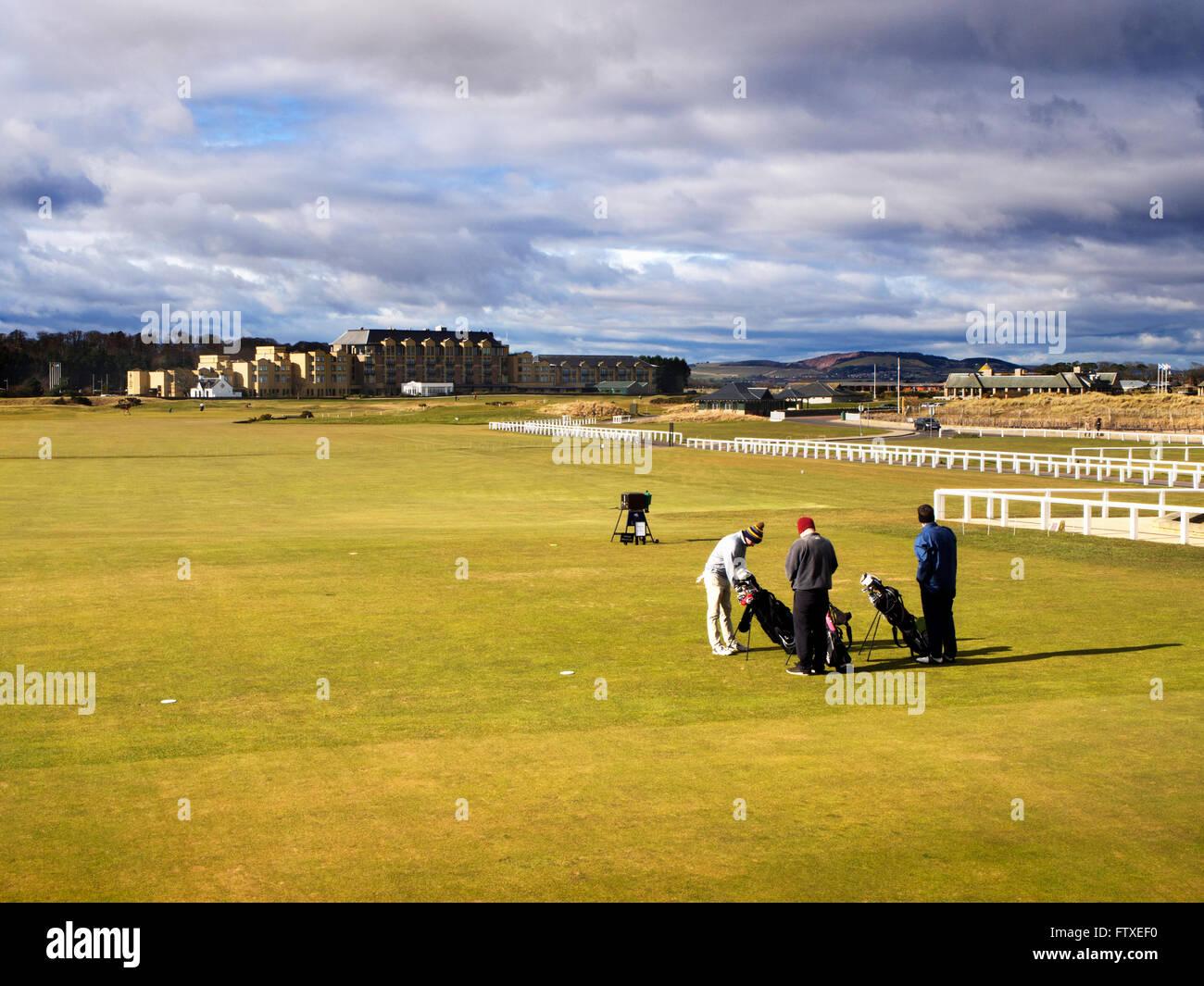 Gli amanti del golf sul primo raccordo a T sul vecchio tracciato St Andrews Fife Scozia Scotland Immagini Stock