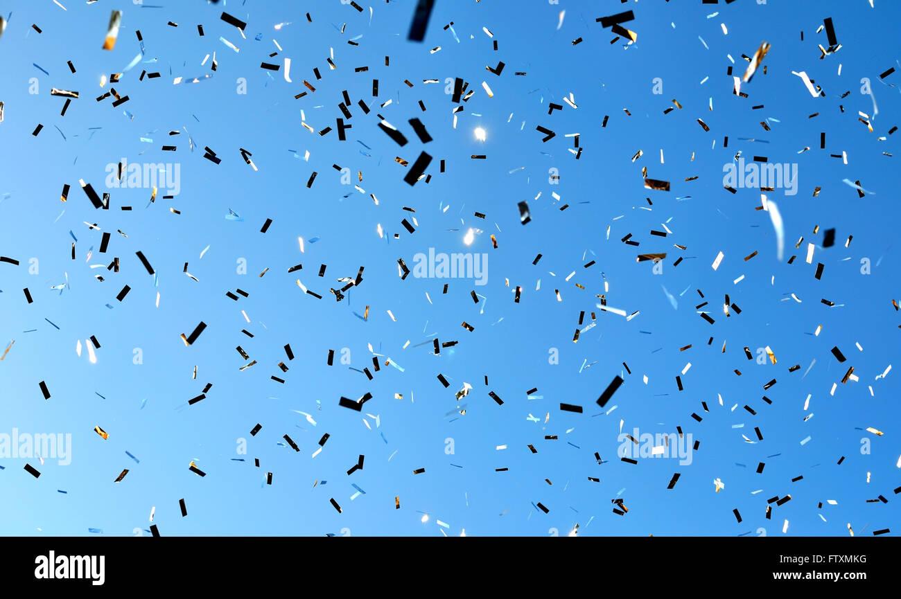 La caduta di coriandoli nella festa della città Immagini Stock