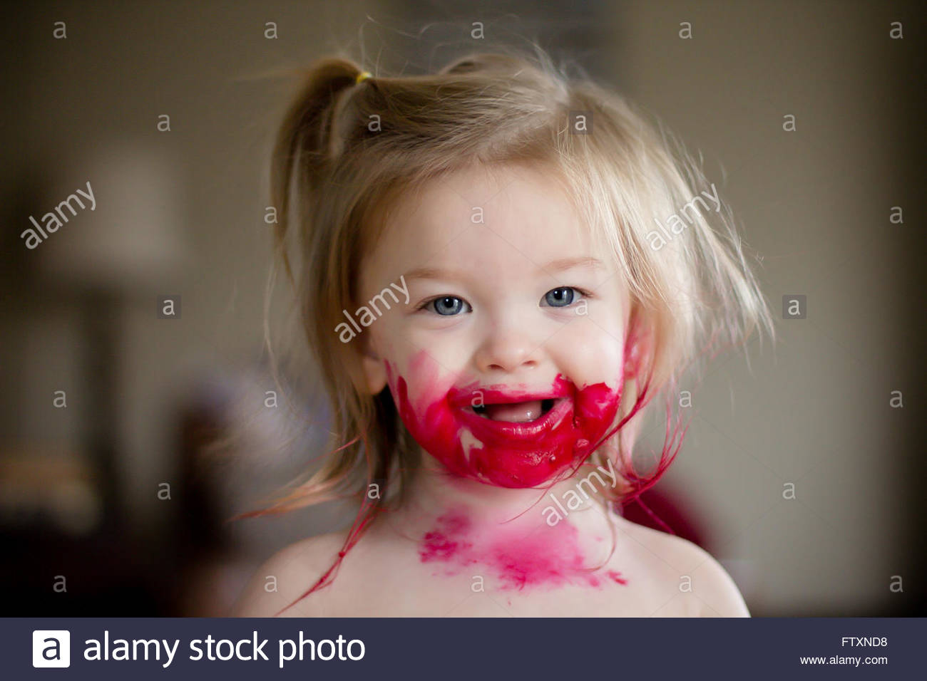 Ragazza con il rossetto mess sul suo viso Foto Stock