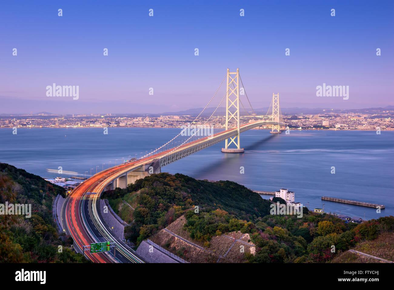 Akashi Kaikyo bridge spanning di Seto Inland Sea da Kobe, Giappone. Foto Stock