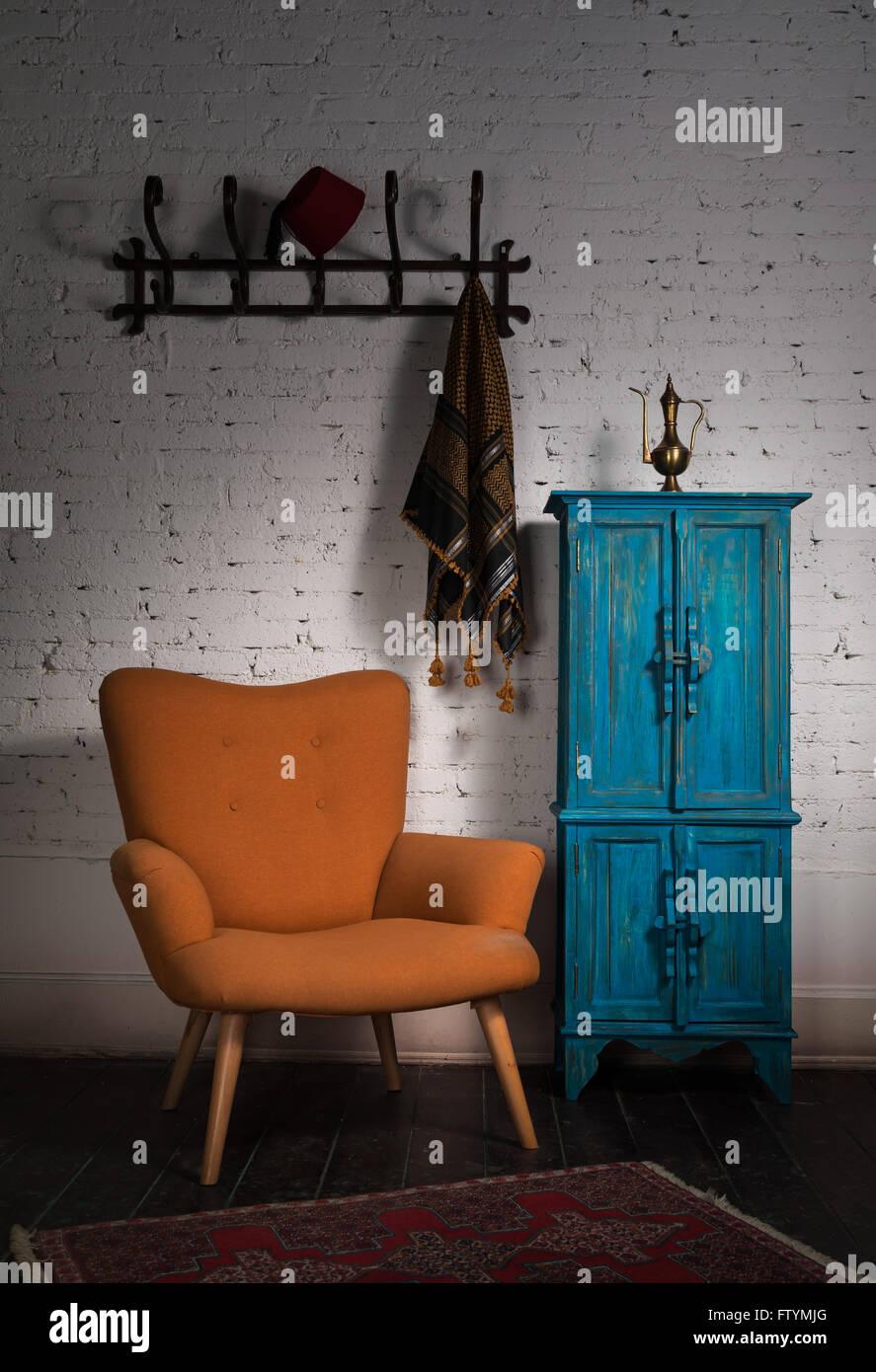 Composizione Armadio A Muro.Composizione Del Vintage Poltrona Arancione Blu Armadio